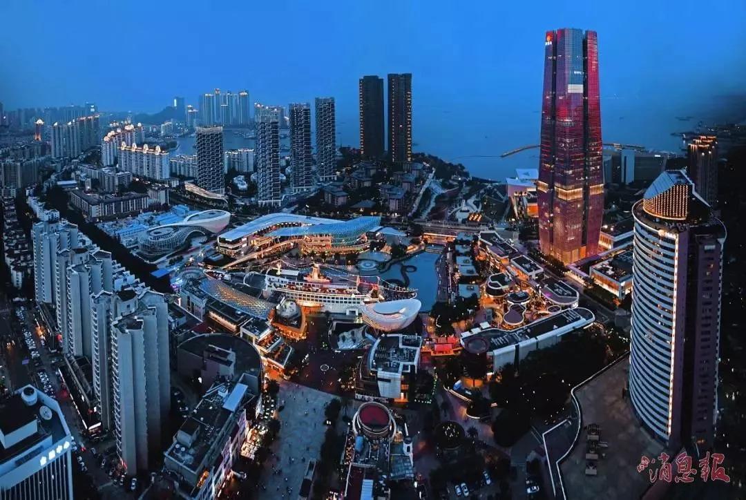 由西至东,灯光由点到线而及面,百舸争流,千帆竞发的滨海城市风景让人