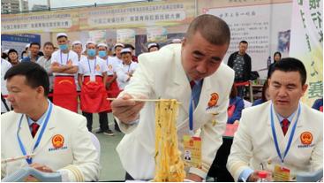 青海举行首届拉面技能大赛 拉面师傅秀技艺