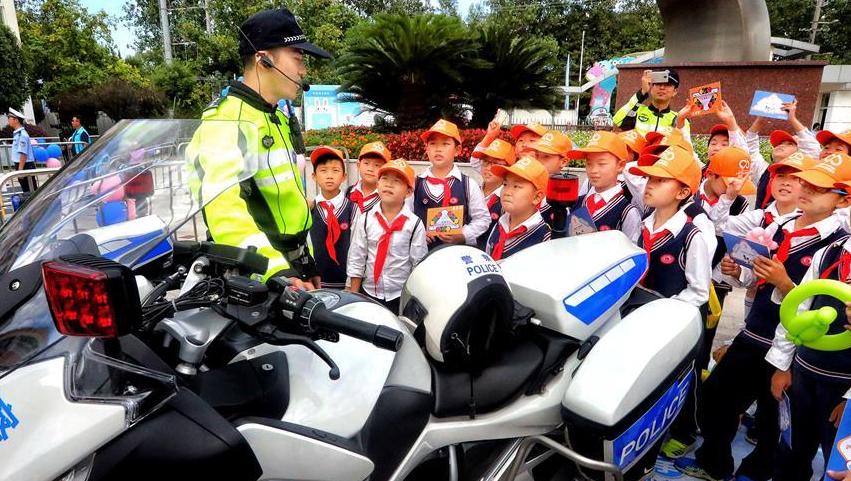 上海举行小学生交通安全宣传日活动