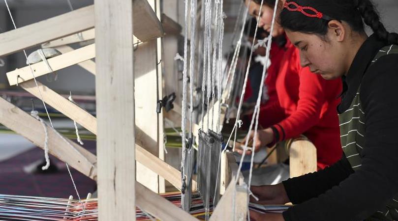 织机响起来 新疆艾德莱斯之乡告别冬闲