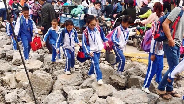 智园小学学生每天踩着石头路上下学?当天清理完毕还学生畅通路