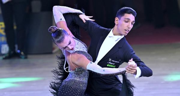 粤港澳大湾区体育舞蹈公开赛开幕 2千名选手参加333个分项比赛