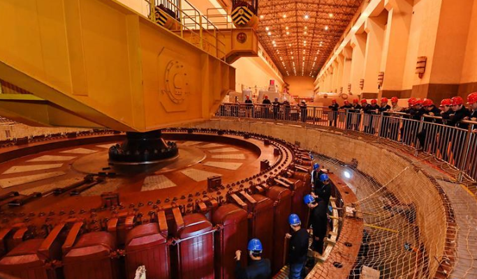 福建水口水电站5号发电机大修起吊成功