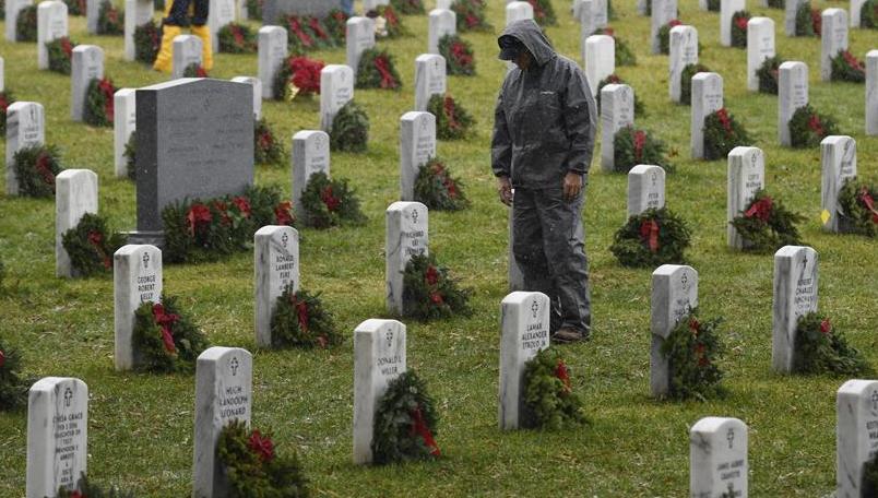 阿灵顿国家公墓摆放节日花环