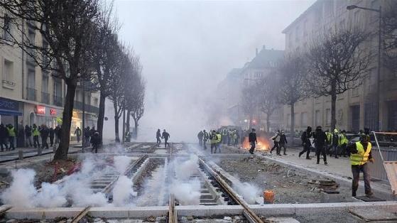 """法国""""黄背心""""运动持续 政府大门被撞"""