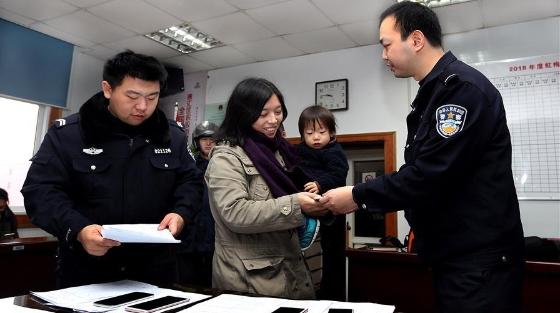 上海警方集中发还被盗赃物