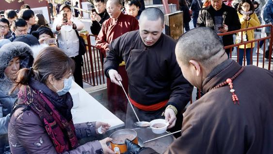 """北京民众""""腊八节""""雍和宫喝粥祈福"""