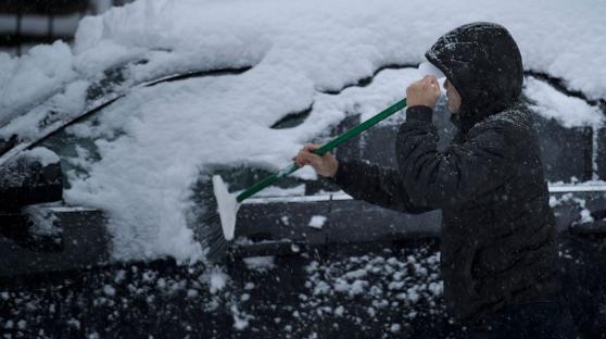 遭大规模暴风雪席卷 美国华盛顿一片白雪皑皑