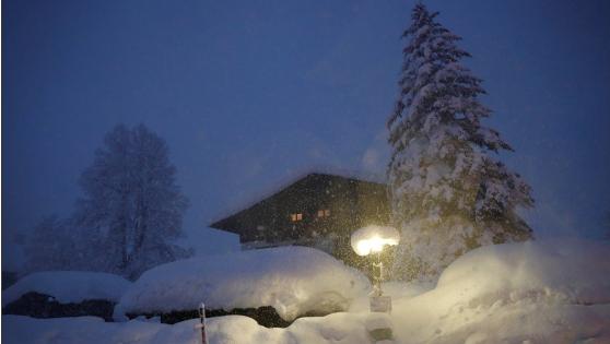 奥地利暴风雪持续 公交车站被积雪掩埋