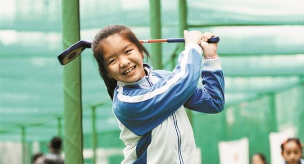 校园高尔夫体育课寓教于乐 黄埔学校成挣钱啊首个试点校