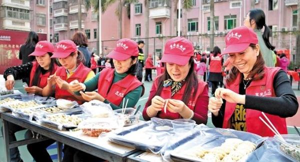"""这边写对联那里吃饺子 海华住民提早尝""""年味"""""""