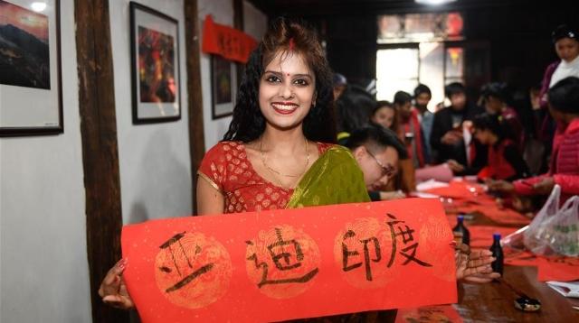 外国友人在中国乡村体验民俗