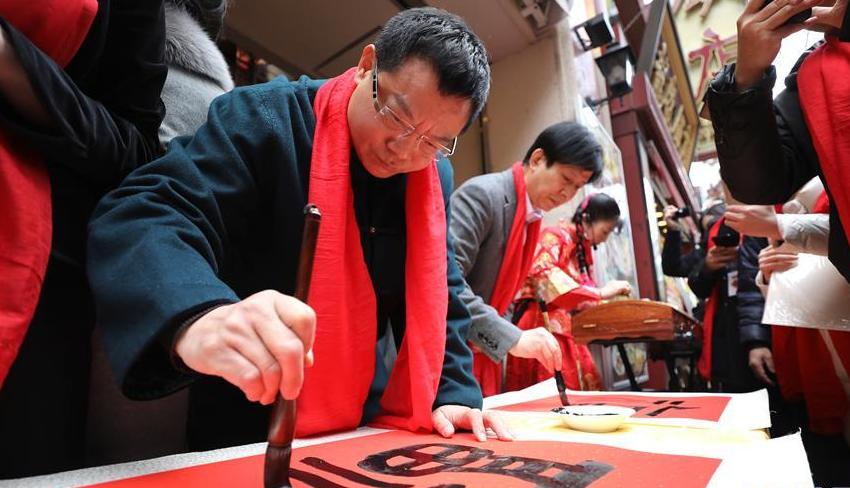 """中国书法家在日本横滨挥毫泼墨送""""福""""迎春"""