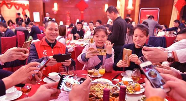 罗湖为关爱来深建设者举办新春饺子宴