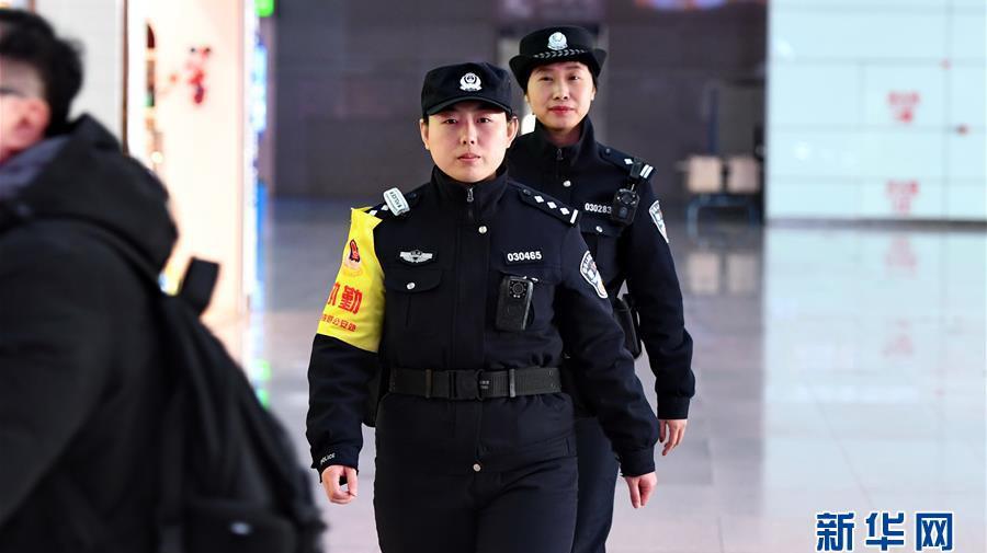 """长春:""""玫瑰警队""""服务旅客"""