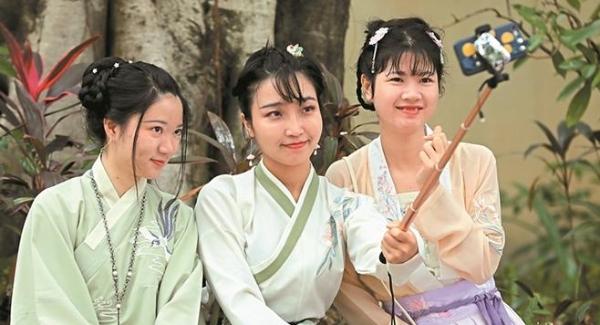 汉服爱好者深圳欢乐谷庆佳节