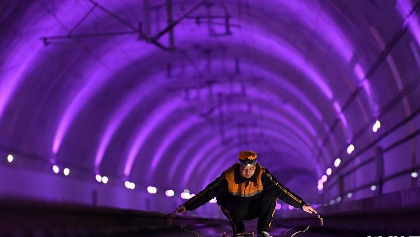 夜?#20204;?#23725;西成高铁隧道