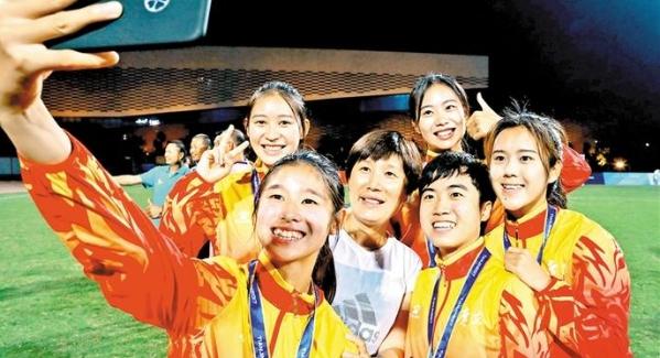 宝安女足队员谭青、陈丽?#28909;?#36873;U19国家队