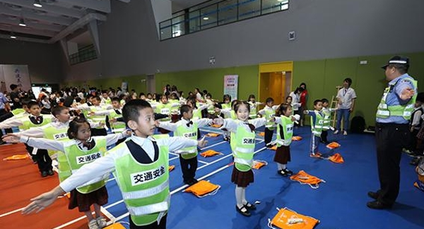 文明出行齐参与 交通安全进校园公益活动在海岸小学启动