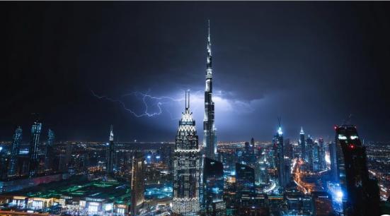 迪拜遭遇雷暴天气 闪电击中世界最高建筑哈利法塔
