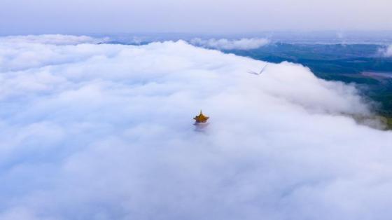 兴凯湖蜂蜜山现云瀑奇观
