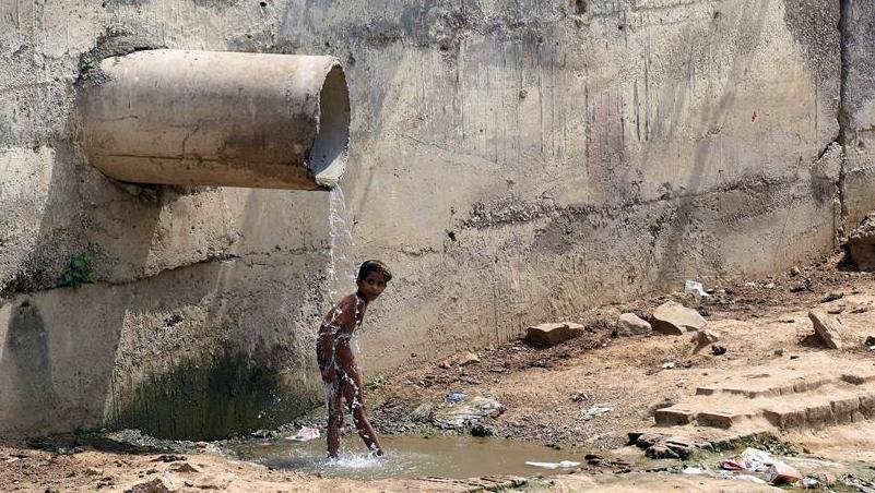 印度新德里持续高温 最高气温达42摄氏度