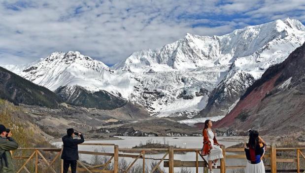"""驶向幸福的""""天路""""——川藏公路藏区变迁"""