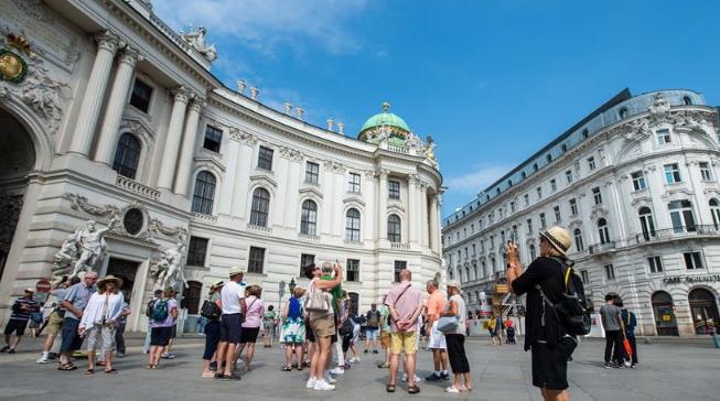 夏日维也纳游客如织