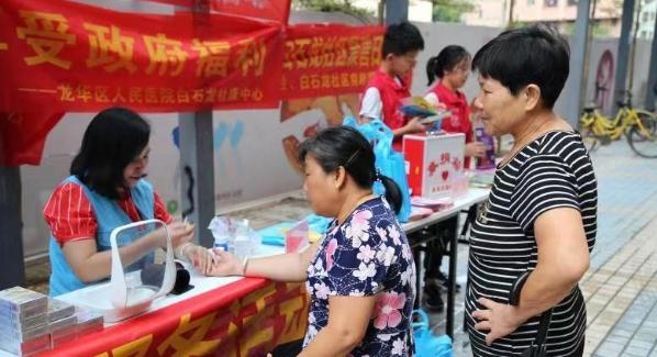 红七月我服务 白石龙社区志愿服务一条街活动受热捧
