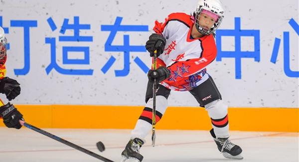 广东省青少年冰球锦标赛龙岗开幕  12支强队冰?#38505;?#38155;