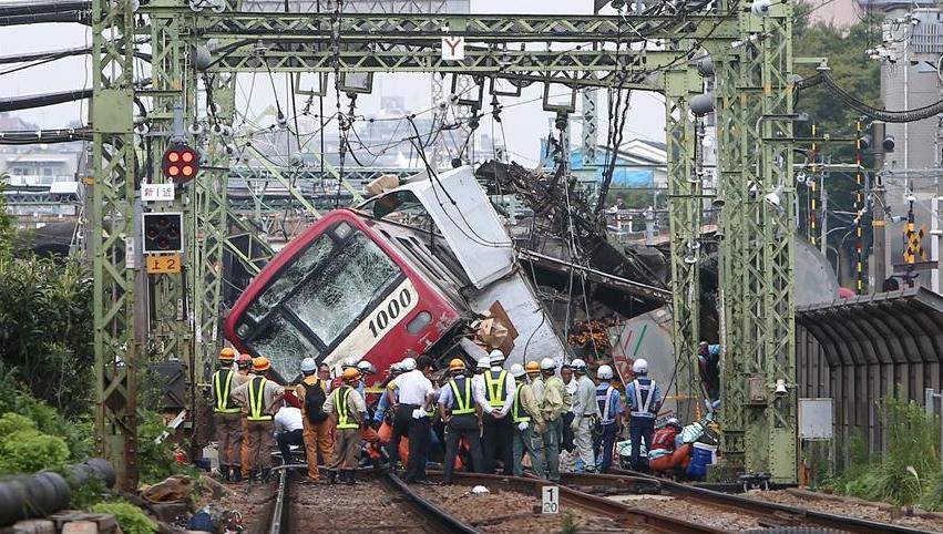 日本神奈川县一电车与卡车相撞致1死34伤