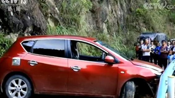"""护栏""""救了""""这辆车!一轿车山路上行驶撞上护栏险些冲下山崖"""