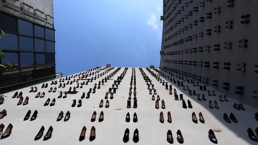 """伊斯坦布尔""""高跟鞋墙""""呼吁保护妇女权益"""