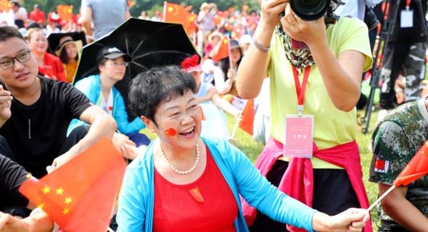 蓮花山公園音樂飛揚 快閃《我的中國心》點燃市民愛國情