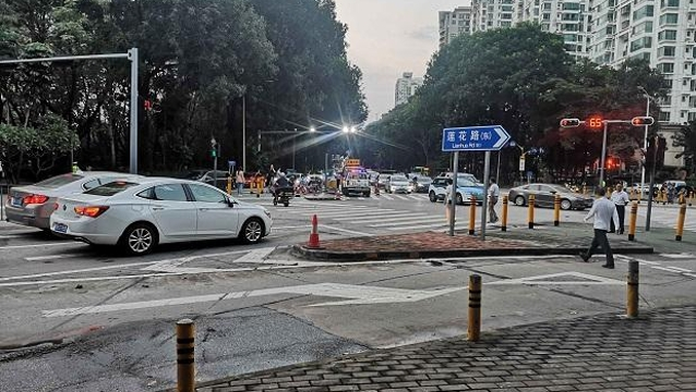 乐虎国际1年5起车辆冲上安全岛事故引关注 政府责令交通部门拿出防护措施