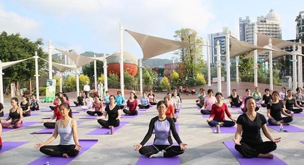 倡導健康生活方式 百名瑜伽愛好者戶外齊練瑜伽
