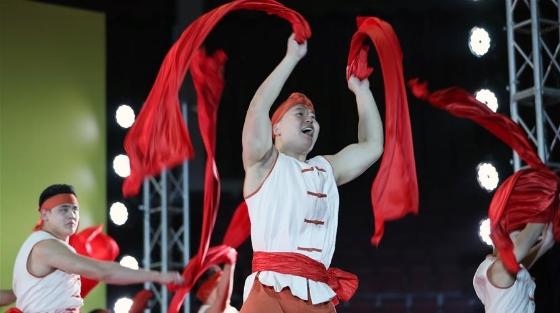 国际马戏节演员进行惠民演出