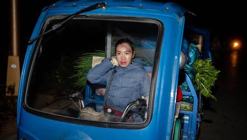 """中缅边境:小菜农的""""跨国大买卖"""""""