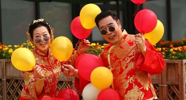 新乐社区为老人拍摄金婚银婚照
