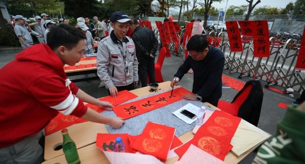 500位劳动者同吃饺子盆菜宴 福田区致谢来深建设者