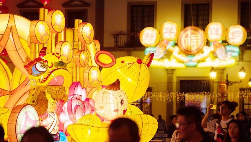 澳门:金鼠造型灯饰喜迎春