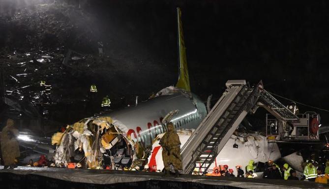 土耳其一客机降落时滑出跑道至少120人受伤