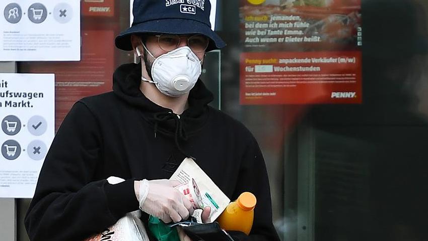 疫情下的德国:市民戴口罩、超市采买物资
