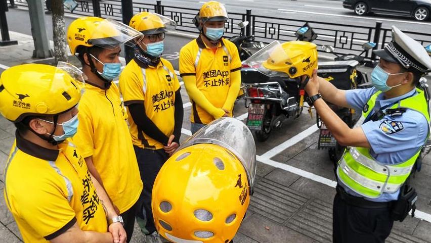 浙江湖州:佩戴頭盔 安全出行