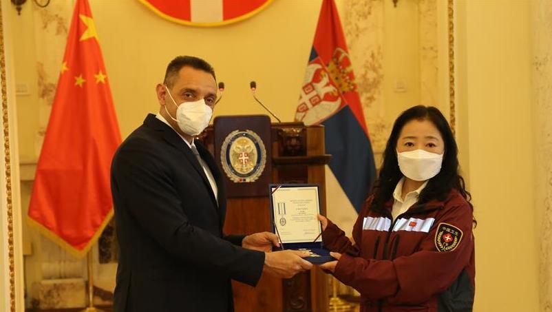 塞尔维亚向3名中国抗疫专家授勋