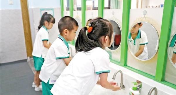 龙华区168所幼儿园孩子分批返园 入园后可摘口罩