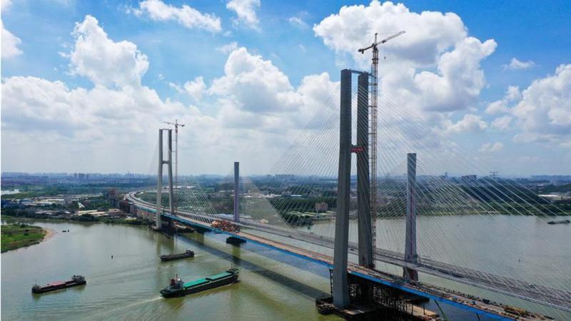 广州南沙港铁路跨西江特大斜拉桥完成最后一块钢箱梁吊装