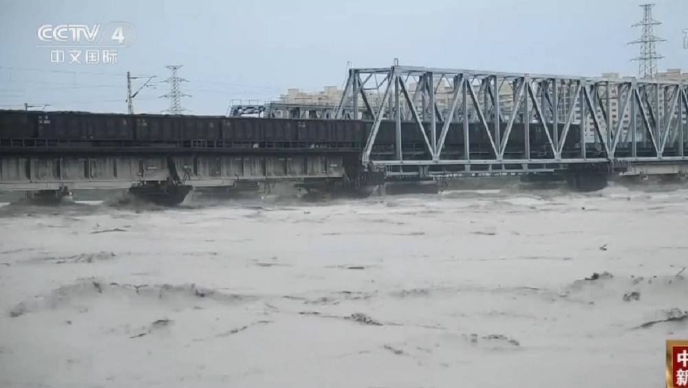 """8100吨火车开上涪江大桥,宝成铁路再现""""重车压梁""""抗洪"""