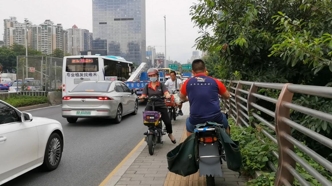 行人与汽车擦肩 这段人行道最窄不足1米