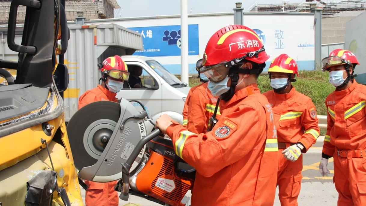 光明区一货柜车追尾 消防员出动金属切割机救出被困司机